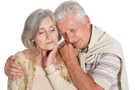 Triste couple de personnes âgées isolé sur fond blanc
