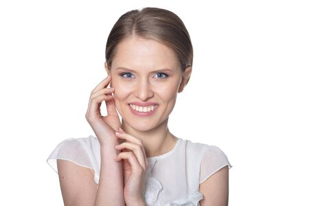 Porträt der schönen jungen Frau auf weißem Hintergrund