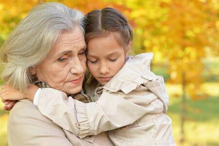 Porträt der traurigen Großmutter und der Enkelin im Park Standard-Bild