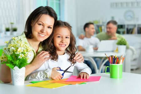 Portrait of mother teaches her cute little daughter Stockfoto