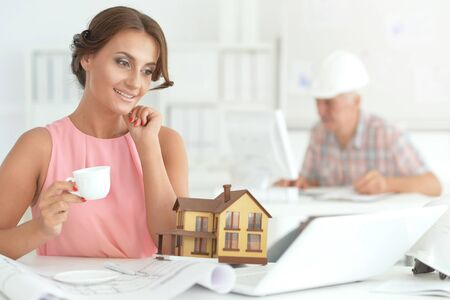 Portrait de la belle jeune femme d'affaires architecte travaillant au bureau