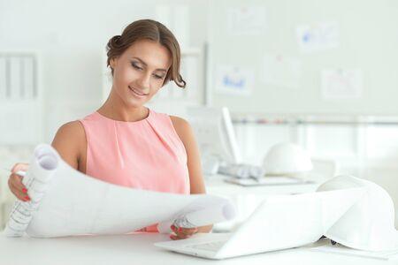 Portrait de la belle jeune femme d'affaires architecte travaillant au bureau Banque d'images