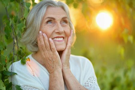 Close-up portret van gelukkige senior vrouw in park