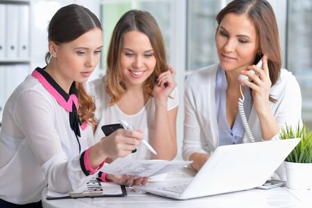 Retrato de mujeres jóvenes que trabajan en la oficina moderna