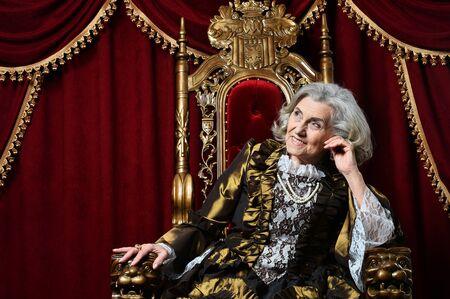 Portrait de la belle reine senior sur le trône Banque d'images