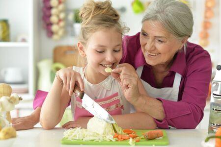 Retrato de niña linda con su abuela de cerca