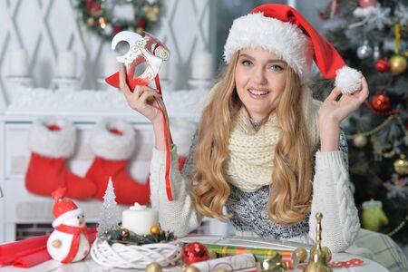 Retrato de linda mujer sonriente preparándose para la Navidad Foto de archivo