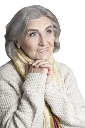 Portrait de femme senior posant isolé sur fond blanc
