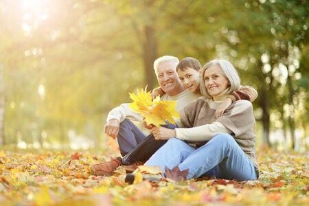 Retrato de feliz abuelo, abuela y nieto