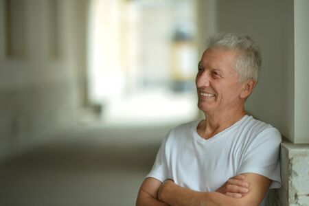 Porträt des glücklichen älteren Mannes zu Hause