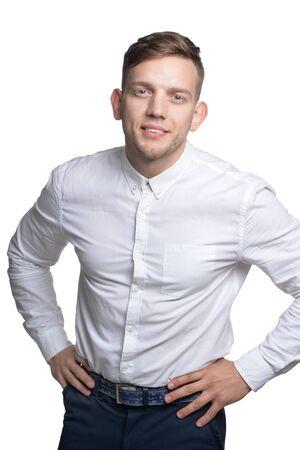 Portrait de beau jeune homme souriant vêtu d'une chemise blanche Banque d'images