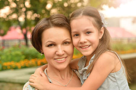Portrait of happy mother and daughter smiling outdoors Banque d'images