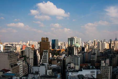 Blick von der Spitze eines Hotelgebäudes von Dowtown der Metropole San Paolo in Brasilien.