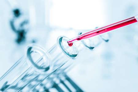 laboratorio clinico: Tubos de ensayo de vidrio closeup médica