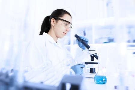 食品の品質の研究室で研究室助手 写真素材 - 23290642
