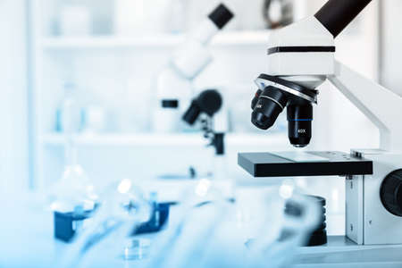 forschung: Labormikroskop-Objektiv. Mikroskopobjektiv. Lizenzfreie Bilder