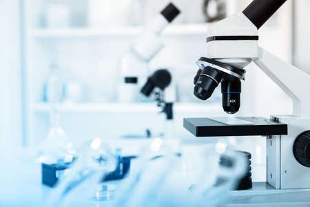 Biopsia: Lente del microscopio de laboratorio. lente del microscopio.