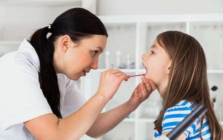 小さな女の子の医師チェック喉 写真素材 - 33742798