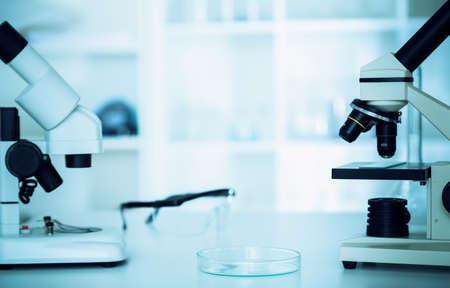 研究室の顕微鏡のレンズ。顕微鏡のレンズ。 写真素材 - 33693915