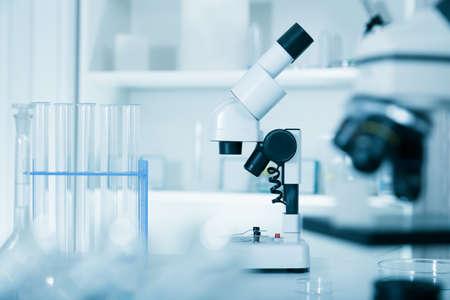 equipos medicos: Microscopio de laboratorio microscopios lens.modern en un laboratorio Foto de archivo