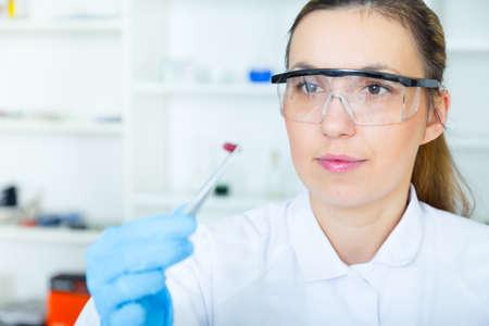 control de calidad: auxiliar de laboratorio mujer en el laboratorio de calidad de los alimentos.