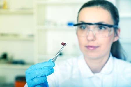 control de calidad: auxiliar de laboratorio mujer en el laboratorio de imagen quality.color tonos alimentos de