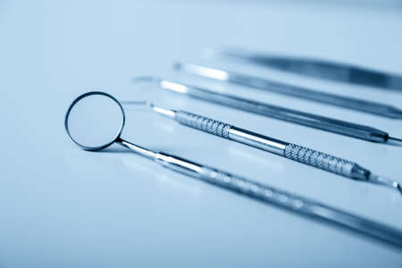 歯科用ツールと青い背景上の装置。歯歯科治療金属製医療用具一式 写真素材 - 42176980