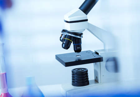 laboratorio: Microscopio de laboratorio microscopios lens.modern en un laboratorio Foto de archivo