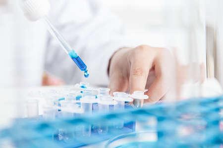 ricercatore femminile con attrezzatura di vetro in laboratorio. Immagine tonificante