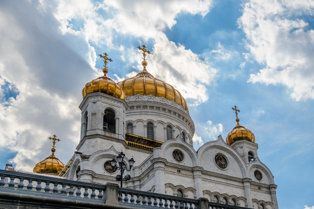 Golden domes of the Cathedral of Christ the Savior in Moscow against the blue sky Banque d'images - 104930638