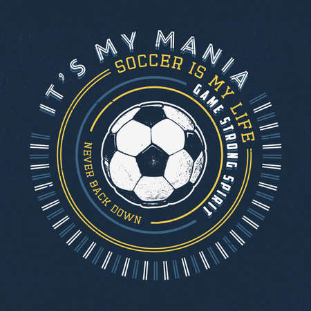SOCCER MANIA. Handmade balle de football. Conception mode habillement texture impression. T-shirt graphique vintage vecteur grunge étiquette illustration insigne logo modèle.