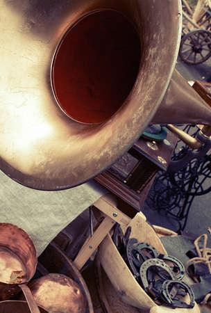 Tromba vecchio grammofono chiude oggetti retrò sul mercato delle pulci Archivio Fotografico - 77785773