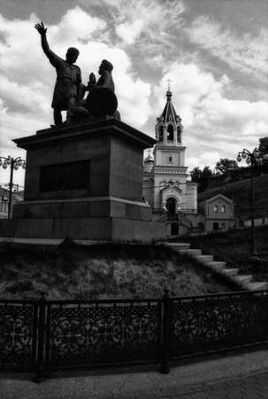 Nizhny Novgorod, Russia, July 27, 2013: Silhouette of the monument to Minin and Pozharsky in Nizhny Novgorod. Attention! The image contains the graininess of the photographic film! 新聞圖片
