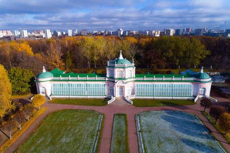 La primera nieve en la finca Kuskovo. Fotografía aérea. Foto de archivo - 88800977
