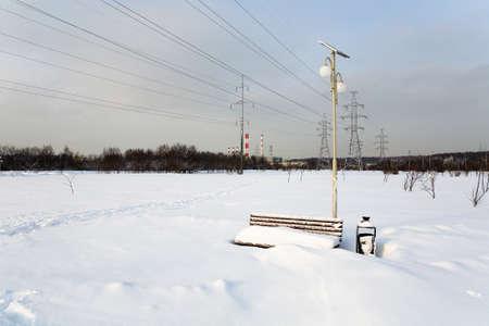 Le banc est recouvert d & # 39 ; une épaisse couche de neige. été en russie. Banque d'images - 98221242
