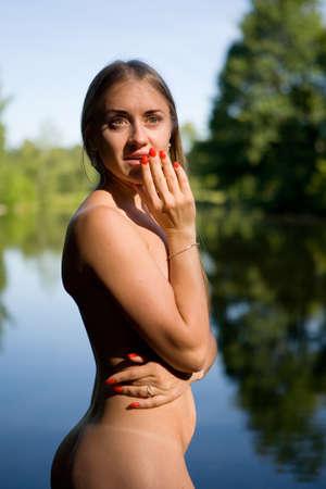 Emotioneel portret van een meisje in een open lucht. Mens en natuur.