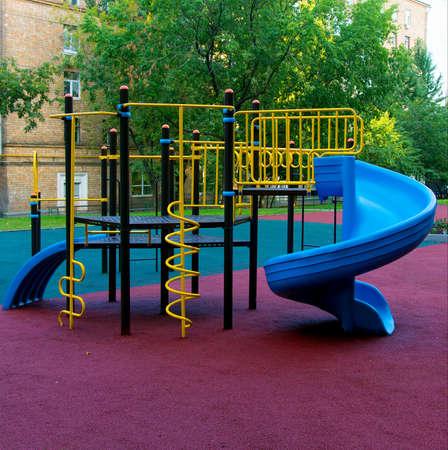 ni�os en recreo: parque infantil en el jard�n Foto de archivo