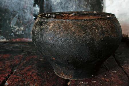 Vieja olla de hierro fundido en el horno.