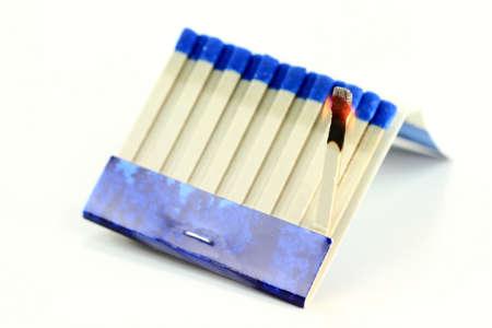 Fénykép égő Matchbook (gyufát) papírra stick mint a fehér háttér.