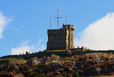 Lado oeste de la torre de Cabot, la parte superior de Signal Hill y Signal Cannon - Sitio Histórico Nacional de Canadá, en San Juan Foto de archivo - 23902028