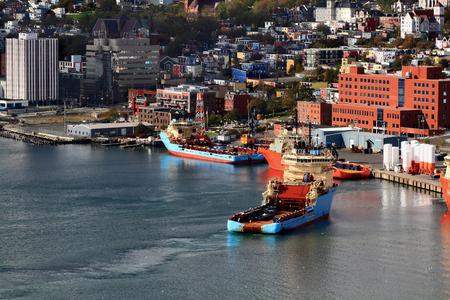 St ジョンの桟橋に係留アンカー引っ張る供給 AHTS の処理船船