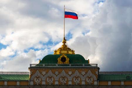 Russian palace: Bandera de Estado ruso en el gran palacio del Kremlin