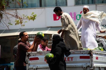HURGHADA, �gypte - le 29 Juillet: les habitants ach�tent past�que 29 2011