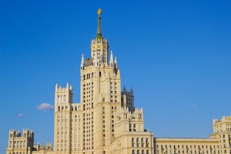 Staline gratte-ciel sur le remblai de la rivi�re de Moscou