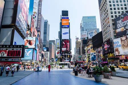 NEW YORK CITY - 12 juli: Undefined mensen zitten aan de tafels op Times Square. Times Square is een belangrijke commerciële kruispunt in Midtown Manhattan, New York, op de kruising van Broadway en Seventh Avenue.Times Square is de wereld