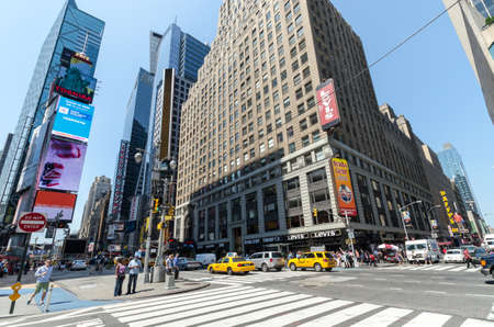 new york time: CIUDAD DE NUEVA YORK - 12 de julio: la gente no definidas pasan por Times Square el 12 de julio de 2012 en Nueva York. Times Square es una importante intersecci�n en Manhattan comercial.