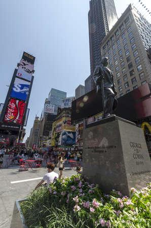new york time: CIUDAD DE NUEVA YORK - 12 de julio: La gente se sienta en el caf� al aire libre en Times Square el 12 de julio de 2012 en Nueva York. Times Square es una importante intersecci�n en Manhattan comercial en la intersecci�n de Broadway y la avenida 7.