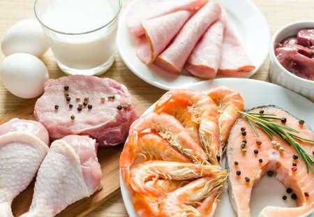 carne cruda: ingredientes para la dieta rica en prote�nas Foto de archivo