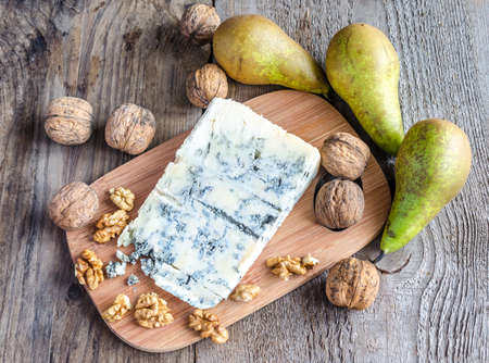 Gorgonzola with nuts and pears