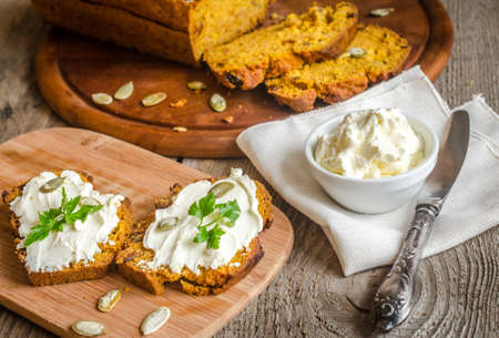 pan de calabaza con crema de queso photo